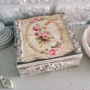 128 Szkatułka z różami i reliefami