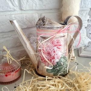 321 Postarzana Konewka róże shabby chic wazon